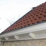 Nieuwe dakgoten geplaatst en geschilderd